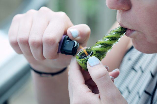 THCを摂取する女性